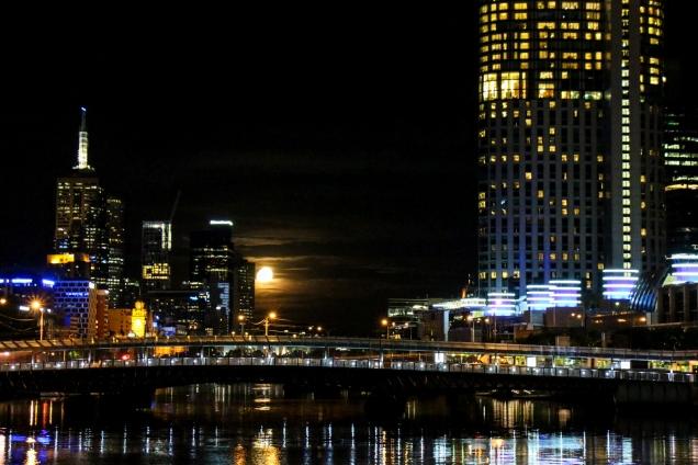 Yarra River und Downtown Melbourne bei Nacht