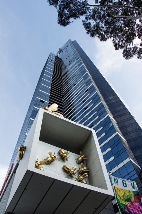 Der Eureka-Tower von unten. Warum da goldenen Bienen sind wissen wir nicht.