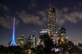 Eureka-Tower bei Nacht.