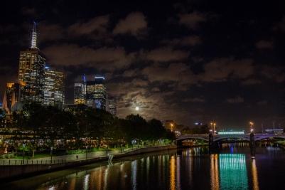 Blick über den Yarra River. Links Downtown Melbourne.
