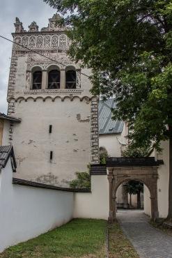 Der Glockenturm der katholischen Kirche