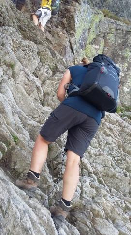 Frau Wanderpal beginnt die Kletterpassage
