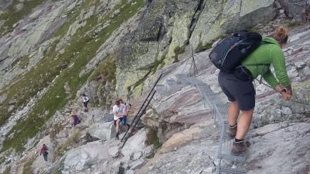 Gut gesichert geht´s am Fels entlang